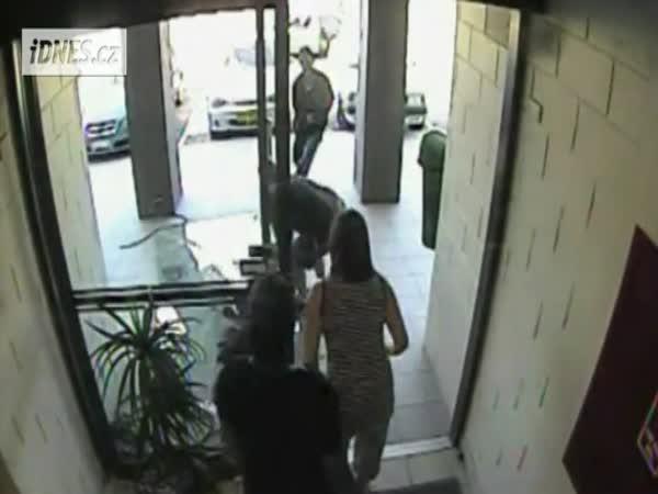 Idiot - Zloděj proletěl skleněnými dveřmi