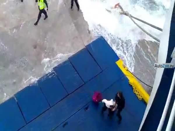 Z trajektu rovnou do vody