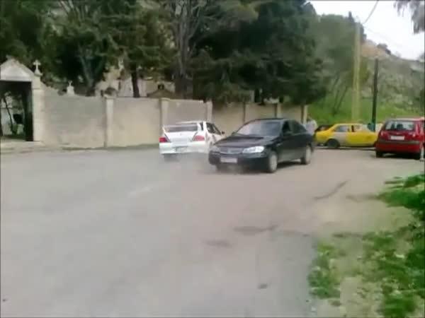 Rally - Hloupě parkující auto