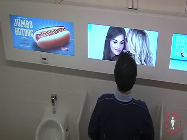 Pěkné holky pozorují chlapy na WC