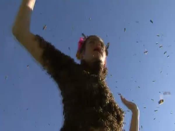 Žena obsypaná tisícem včel