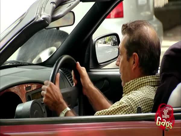 Nachytávka - Ulomení volantu v cizím autě