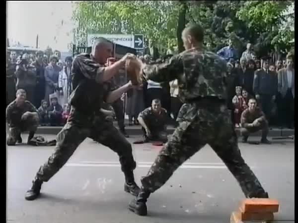 Ukrajinský voják vs. tvrdé cihly