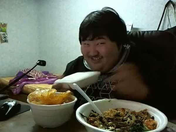 Korejec má strašnou radost z jídla