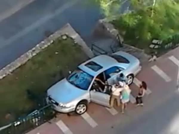 Řidič zničí své vlastní auto