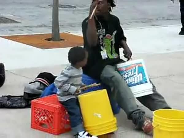 Borec - Čtyřletý pouliční bubeník