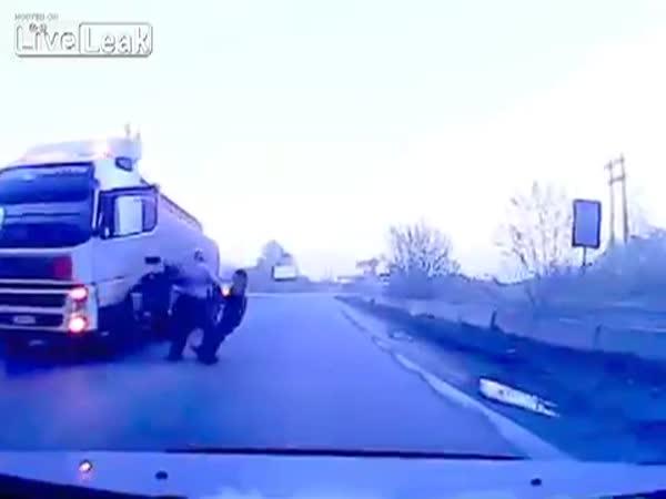 Ruský řidič kamionu se s votravama nepáře