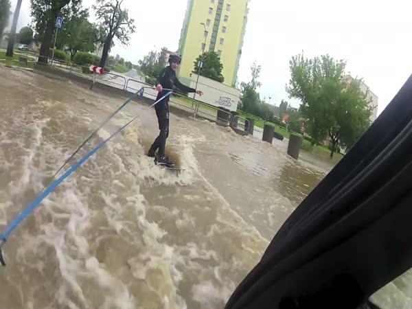 Povodně 2013 - wakeboarding na sídlišti