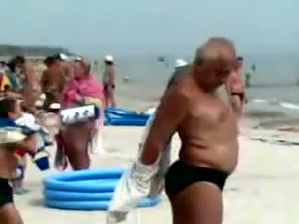 Opilý Rus na pláži