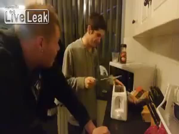 Idioti testují topinkovač