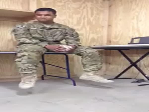Voják zpívá Rihannu