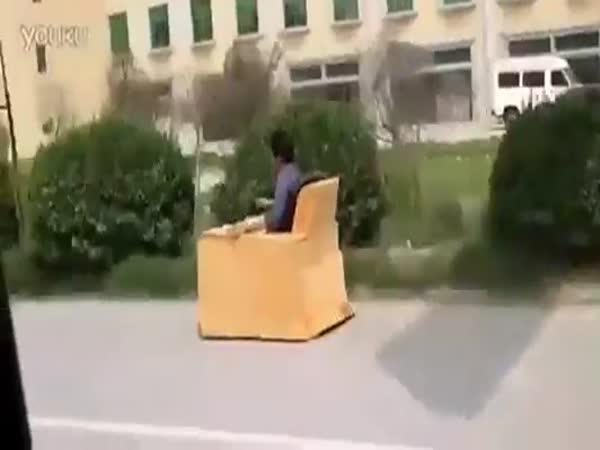 Cesta do práce na gauči