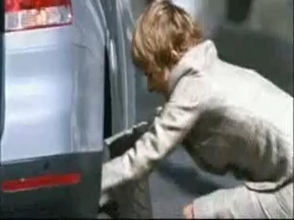 Když žena mění kolo u auta, jde o život!