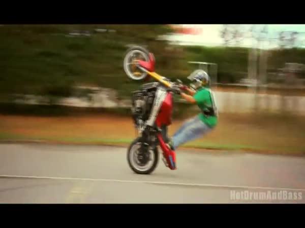 Další borec na motorce - frajeřinky