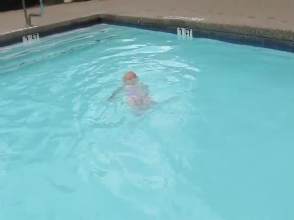 Neuvěřitelná batolecí plavkyně