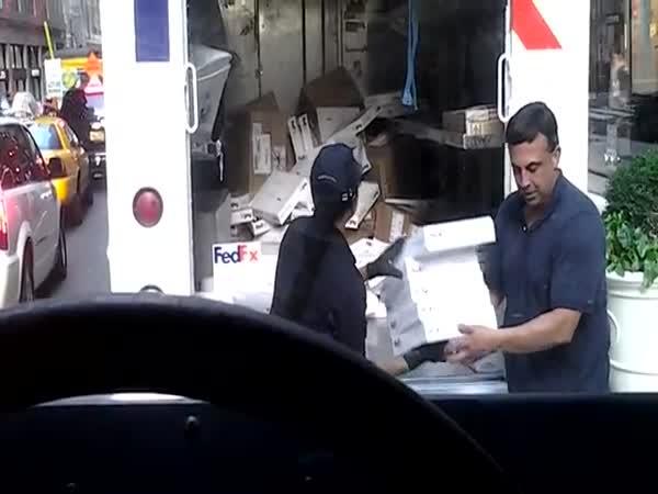 Nakládání zásilek do dodávky