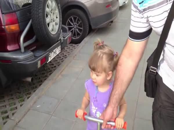 Malá holčička poznává automobily