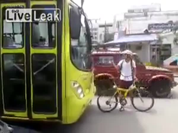 Blbec - cyklista vybržďuje autobus