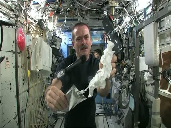 ISS - ždímání mokré žínky