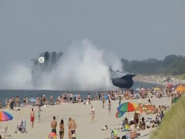 Ruské námořní vznášedlo na pláži