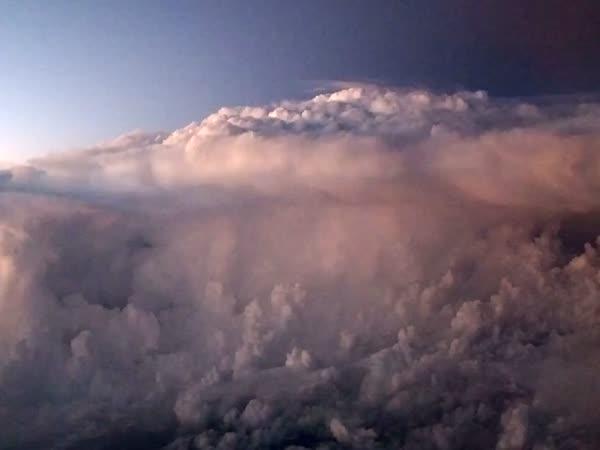 Pohled na bouři z letadla