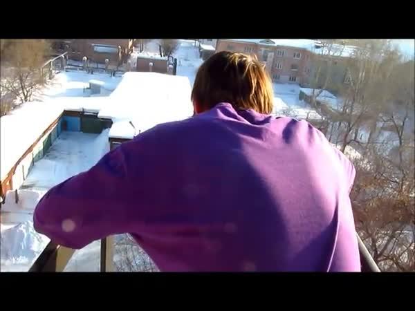 Bláznivý Rus skáče v zimě ze střechy