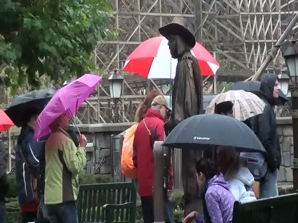 Nachytávka - Živá socha v parku