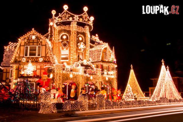 OBRÁZKY - Vánočně osvětlené budovy