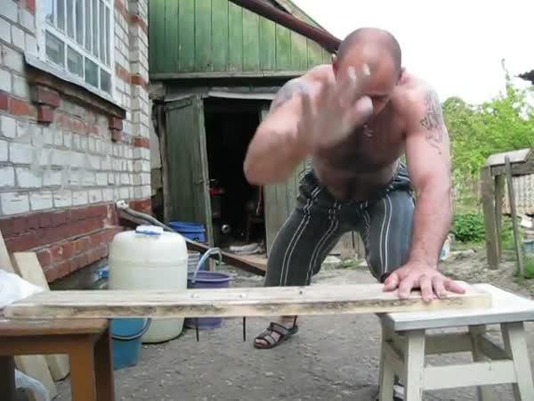 Zatloukání hřebíků holou rukou