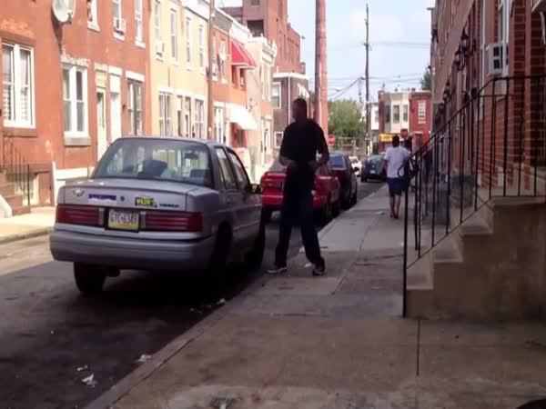 Divný týpek demoluje automobil