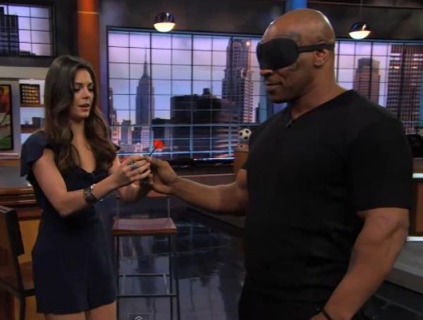 Mike Tyson hází šipky poslepu