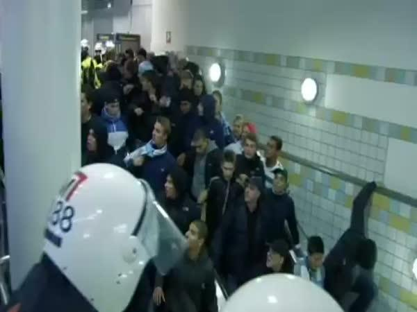 Banda chuligánů na eskalátorech