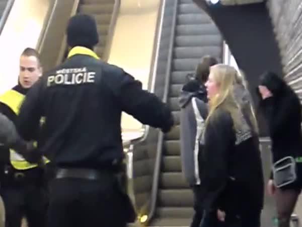 Městská policie Praha - potyčka v metru