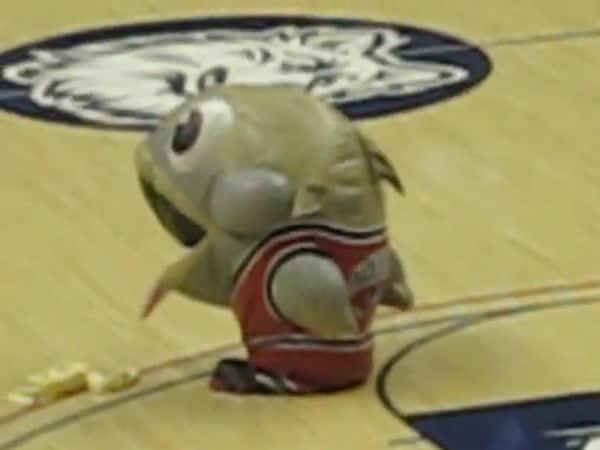 NBA - Maskot snědl rozhodčího