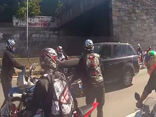 Pomsta - Range Rover vs motorkáři