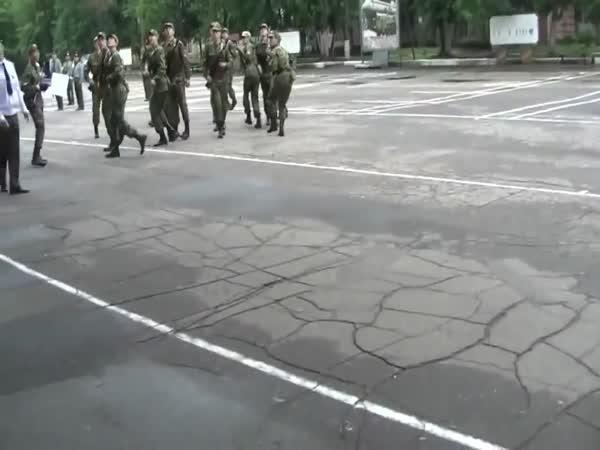 Rusko - Vojáci, utíkejte!