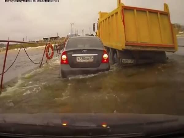 Řidič kamionu ostaním pěkne zavařil