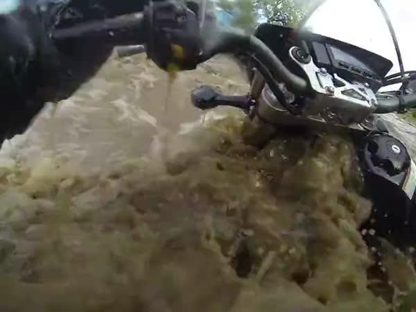 Motorkář vs rozbouřená řeka