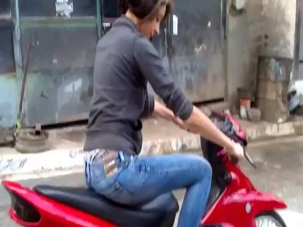 První jízda na mopedu (fail)