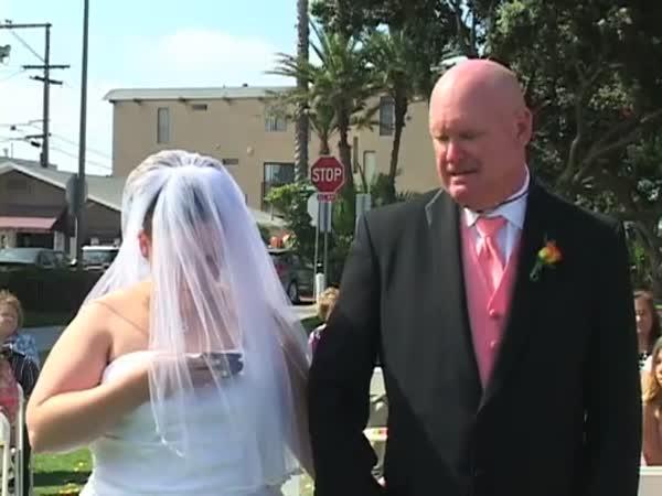 Mobil během svatebního obřadu