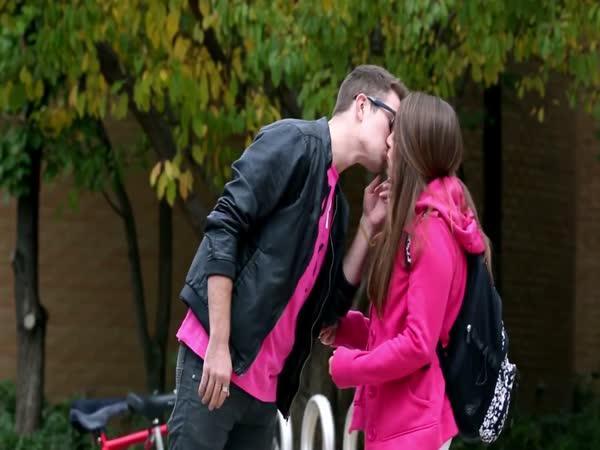 Trik - Jak získat polibek od holky