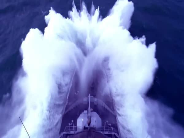 Válečná loď vs. vlny