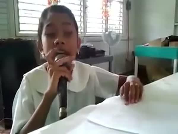 Slepá dívka zpívá díky Braillovu písmu