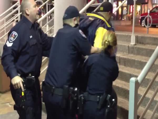 5 policistů vs 1 velký opilec