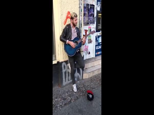 Pouliční zpěvák zažije obrovské překvapení