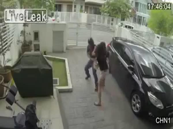 Žena se umí brutálně bránit