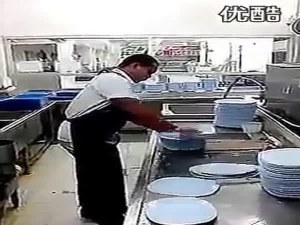 Když borec myje nádobí