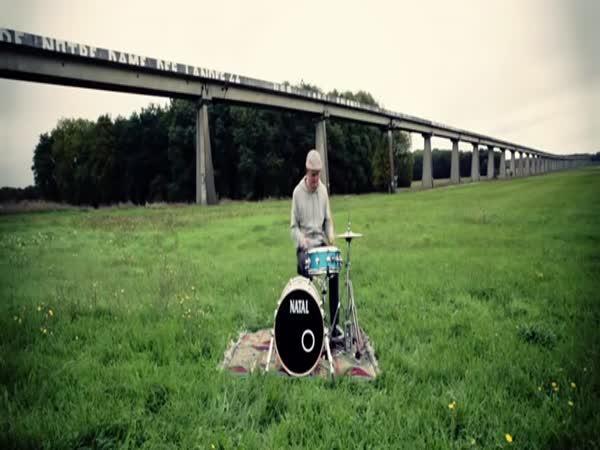 Hraní na buben na různých místech