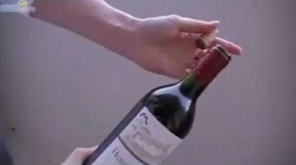 Jak otevřít víno bez vývrtky