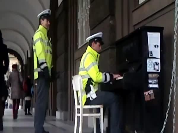 Česká republika - Policista klavírista